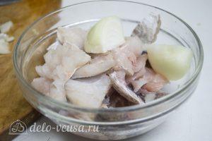 Рыбные котлеты из хека: Рыбу и лук пропустить через мясорубку