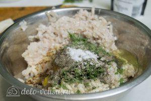 Рыбные котлеты из хека: Добавить яйцо и специи