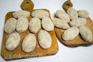 Рыбные котлеты из хека:: Обвалять котлеты в сухарях