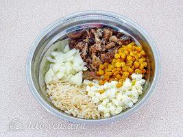 Рыбный салат с рисом: Соединить ингредиенты