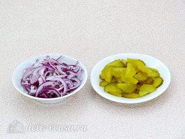 Салат из болгарского перца и соленых огурцов: Лук и огурцы измельчить