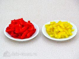 Салат из болгарского перца и соленых огурцов: Порезать болгарский перец
