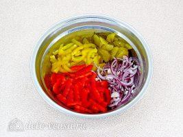 Салат из болгарского перца и соленых огурцов: Соединить овощи в миске