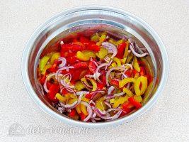 Салат из болгарского перца и соленых огурцов: Заправить салат маслом