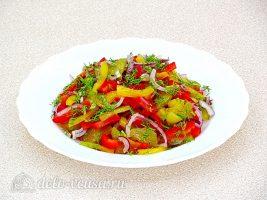 Салат из болгарского перца и соленых огурцов готов