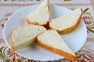 Бутерброды с семгой и сыром: Бутерброд смазать маслом