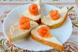 Бутерброды с семгой и сыром: Сформировать розочку из семги