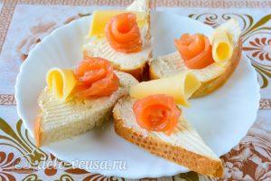 Бутерброды с семгой и сыром: Украсить сыром