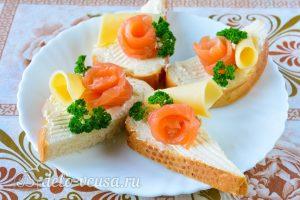 Бутерброды с семгой и сыром: Добавить зелень