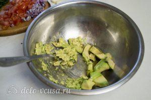 Гуакамоле с помидорами: Измельчить авокадо