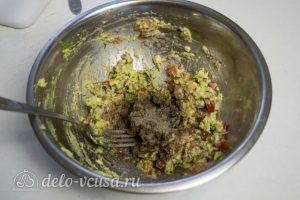 Гуакамоле с помидорами: Добавить специи