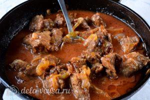 Гуляш из говядины с подливкой: Добавить томатную пасту