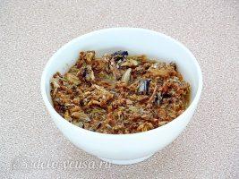 Картофельная запеканка с рыбными консервами: Размять консервы