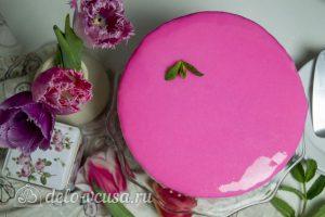 Лимонно-клубничный муссовый торт: Перенести торт на блюдо