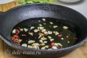 Креветки жареные в масле с чесноком: Обжариваем чеснок и перец