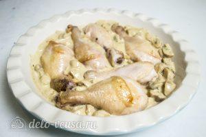 Куриные ножки с грибами в соусе: Кладем все в форму