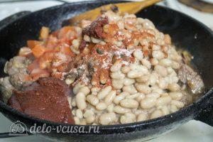 Мясо с фасолью в томатном соусе: Добавить фасоль и томатную пасту