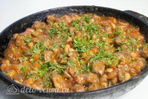 Мясо с фасолью в томатном соусе: Добавляем зелень