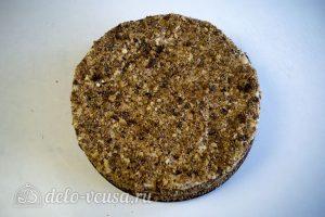 Торт Наполеон домашний с вареньем: Обмазать торт кремом и обсыпать крошками