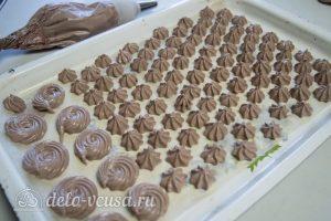 Безе с какао: Отсадить безе на противень