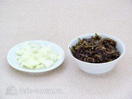 Салат из свеклы и морской капусты: Порезать лук и морскую капусту