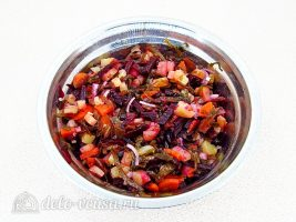 Салат из свеклы и морской капусты: Добавить масло и перемешать