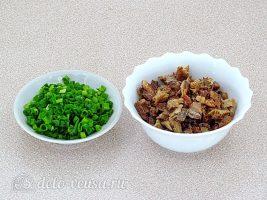 Салат из рыбной консервы с горошком: Измельчить консервы и лук