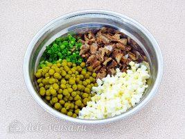 Салат из рыбной консервы с горошком: Соединить ингредиенты