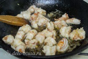 Салат с креветками и авокадо: Обжарить креветки