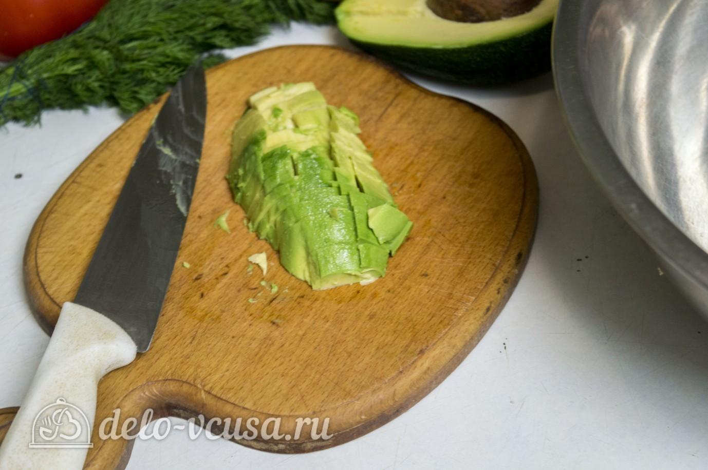 Салат с креветками и авокадо: Порезать авокадо
