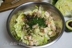 Салат с креветками и авокадо: Измельчить листья салата