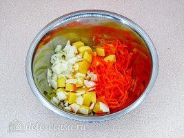 Курица с картошкой в банке: Соединить овощи