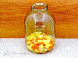 Курица с картошкой в банке: Кладем слой овощей в банку