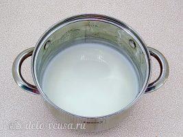 Молочное желе с клюквой: Кипятить молоко с сахаром