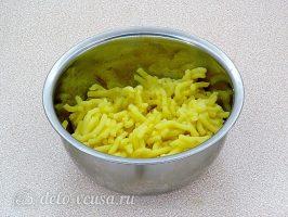 Картофельные зразы с квашеной капустой: Отварить картошку