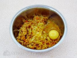 Картофельные зразы с квашеной капустой: Добавить яйцо