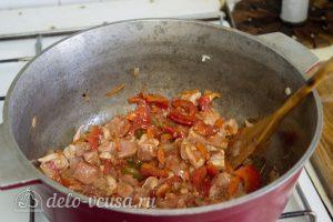 Нудли с картошкой и мясом: Добавить томатную пасту