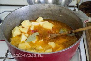Нудли с картошкой и мясом: Добавить картошку и лавровый лист