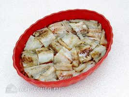 Рыба запеченная с капустой: Кладем слой рыбы