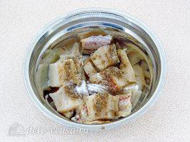 Рыба запеченная с капустой: Добавить специи и соль