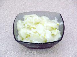 Рыба запеченная с капустой: Порезать лук
