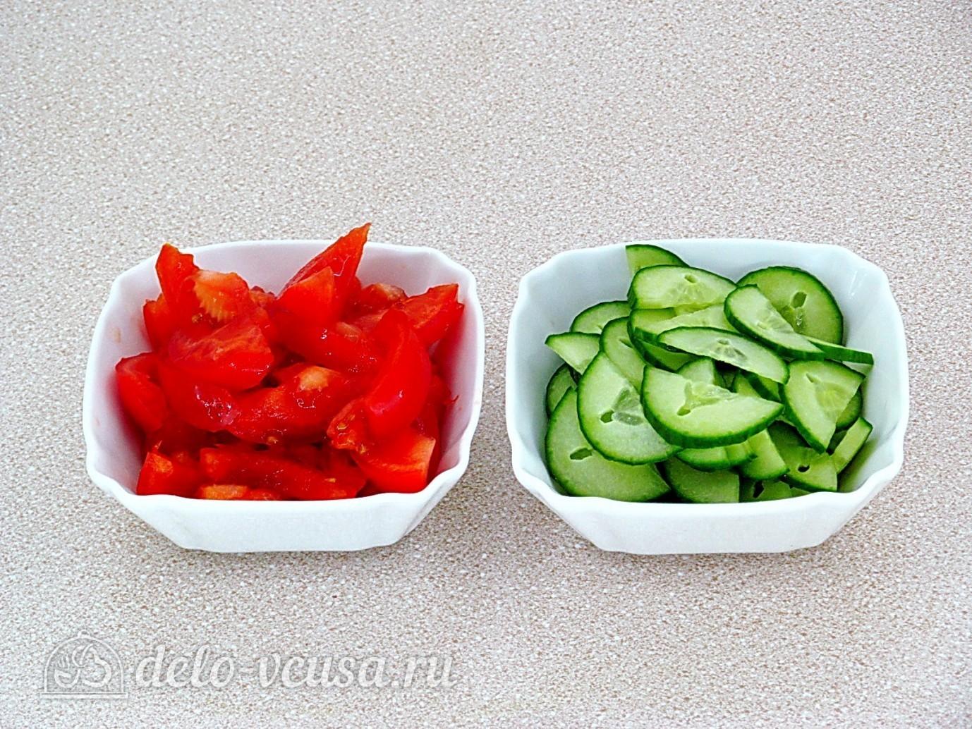 Салат Хориатики с брынзой: Нарежьте огурец и помидор