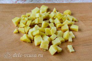 Салат Оливье со свежим огурцом: Порезать картошку