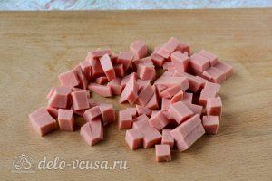 Салат Оливье со свежим огурцом: Порезать колбасу