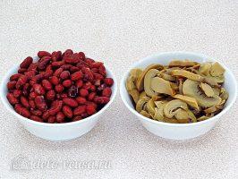 Крабовый салат с фасолью и грибами: Подготовить фасоль и грибы