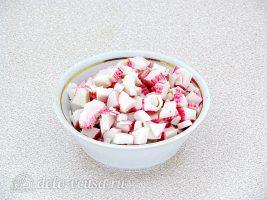 Крабовый салат с фасолью и грибами: Нарезать палочки