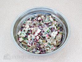 Крабовый салат с фасолью и грибами: Перемешать