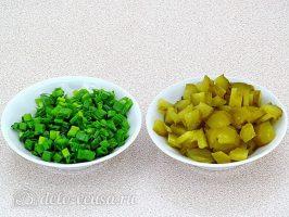Салат с вареной рыбой и капустой: Нарезать лук и огурец