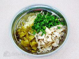Салат с вареной рыбой и капустой: Соединить все ингредиенты