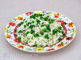 Салат с вареной рыбой и капустой готов